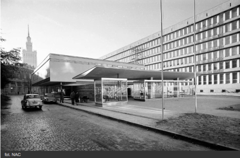 Widok zewnętrzny pawilonu od strony ulicy Szpitalnej. W tle widoczny Pałac Kultury / fot. Zbyszek Siemaszko. Dzięki uprzejmości Narodowego Archiwum Cyfrowego (sygnatura 51-299-2)